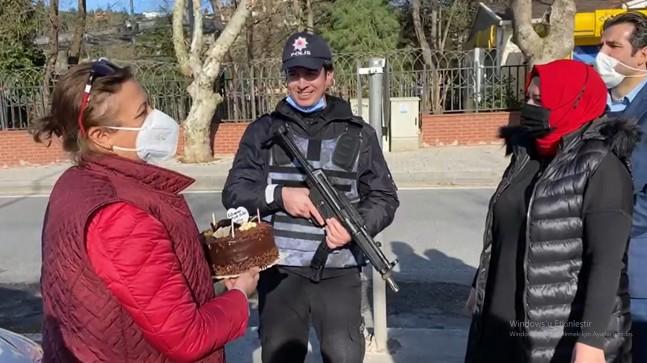 AK Parti Beykoz'dan görev başındaki polise doğum günü sürprizi