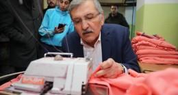 Murat Aydın, konfeksiyon atölyesini ziyaret edip dikiş dikti