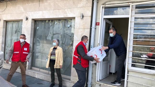 Kızılay Beykoz'da ihtiyaç sahiplerine ramazan kolisi dağıtıyor